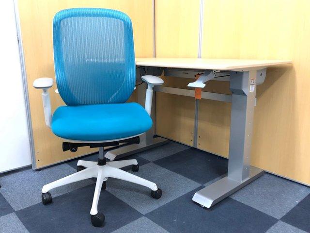 【人気商品のコラボ!】 ワーカーの集中力を高める、現代オフィスの最先端デスク! 天板が上下に動きます! 【単品買いよりもお得です!】