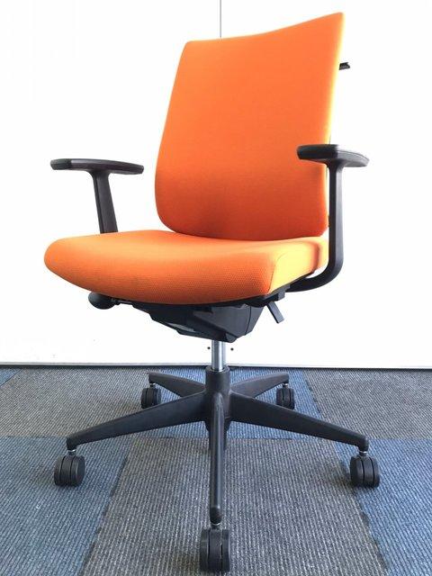 【オフィスで快適な座り心地を】便利なコートハンガー付き