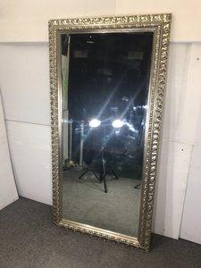 大きな鏡が入荷しました!豪華な額縁が特徴です!!