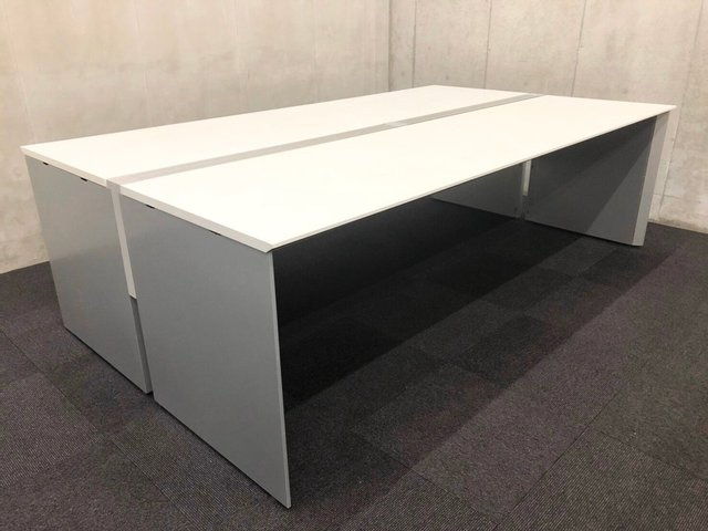 【フリーアドレスデスクの導入で、オフィス内でのソーシャルディスタンスを解決!!】「ホテリング」でオフィスの状況を把握!!ホワイトカラーでオフィスを明るい空間に! W2400 フリーアドレスデスク θ