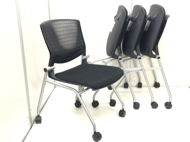 【まとめ買いでお安く!】 座面クッションが非常に厚めになっているので、疲労がたまりにくい!