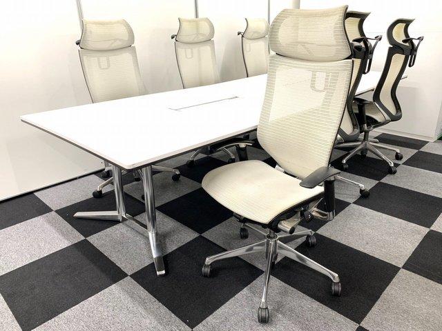 【ホワイト×ホワイトで綺麗な会議室作りを!】 未だに市場価値の高いバロンチェアに大人気シリーズのテーブルを合わせました!