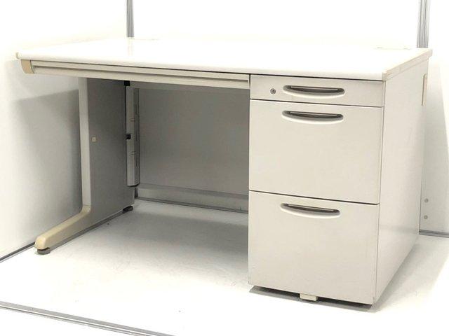 今在庫の薄い幅1200mm片袖机が揃います。長年オフィスを見守る人気シリーズです。