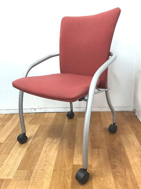 【オシャレなデザインと快適な座り心地のレッドカラーネスティングチェア】