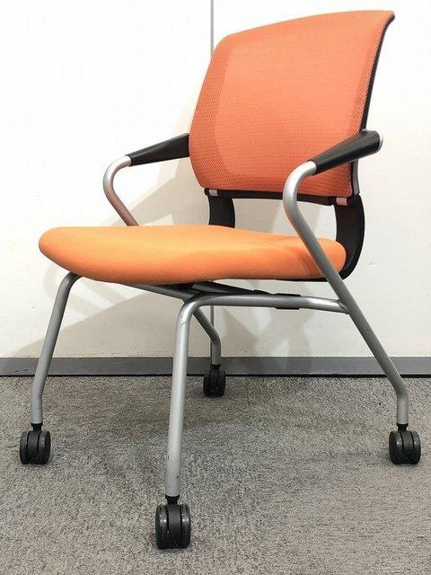 【メッシュ地のミーティングチェア】で背中を優しく受け止める!!鮮やかオレンジでオフィスを明るく