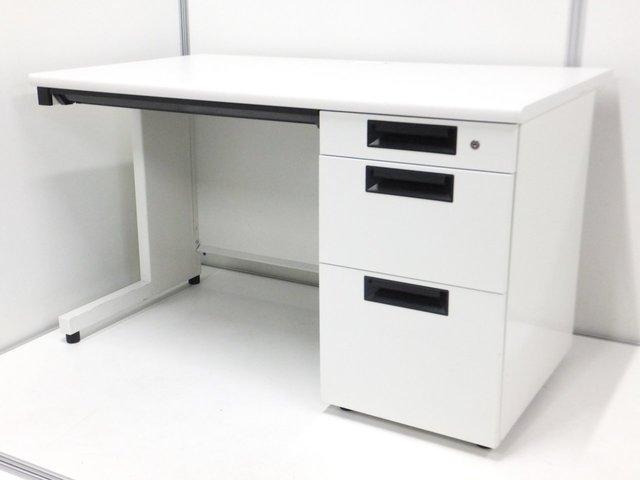 【大人気の明るいホワイトカラーの袖付き事務机!】