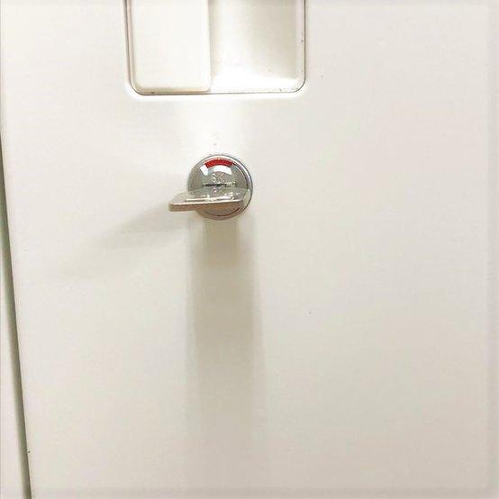 【残り1台売り切り】天板付き ホワイトキャビネット A4ファイル3段収納 状態良好品 鍵付き                          HS                                     中古