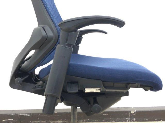 【最先端のデザインに快適な座り心地!】■イトーキ エフチェア 可動肘付 ネイビーブルー  ■シャープなフォルムに疲れにくさを追求!                         エフ                                      中古