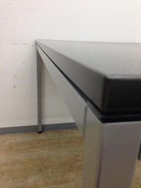 【カジュアルなオフィス空間にぴったりのミーティングテーブル】オカムラ製 ブラウン色                         トレッセ                                      中古