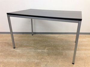 【カジュアルなオフィス空間にぴったりのミーティングテーブル】オカムラ製 ブラウン色