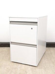 オフィスを明るくするホワイト×シルバーカラー!!デスクの下で書類をたくさん収納!