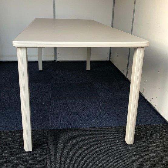 【新古品】超大型テーブル(当店在庫比)になります。足元がすっきりしているので片側3人掛けが可能です!                         その他                                     新古品