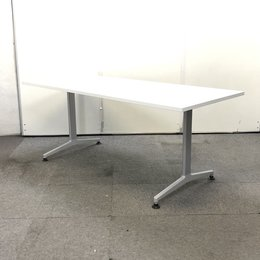 【定番ホワイトカラーのミーティングテーブル!!】丁度良い大きさのテーブルなので使い勝手がいいですよ!!【関西在庫数ナンバーワン・尼崎店】
