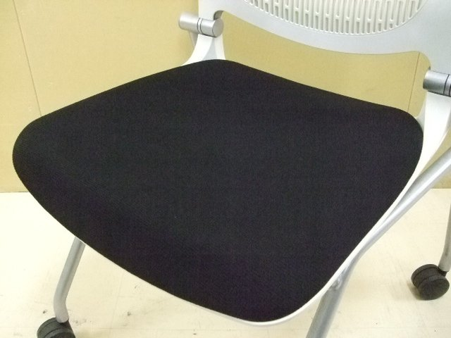 1脚のため特別価格!オカムラ製/グラータチェア/ブラック×グレー ネスティングチェア デザイン性が高く、座り心地も良いです!【人気商品】                         グラータ                                      中古