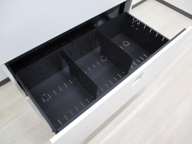 収納物によって小分けができる3段引出しタイプは、重たい物を入れても楽に引き出せる引出式で、屈まず中が確認出来ます!                         レクトライン                                      中古