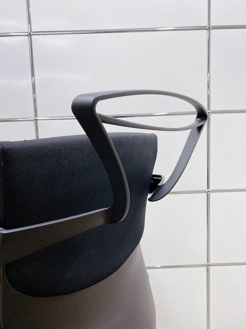 【コートハンガー付きのオカムラ エスクードチェア!】ブラックの定番シリーズが大量入荷!                         エスクード(クッション)                                      中古