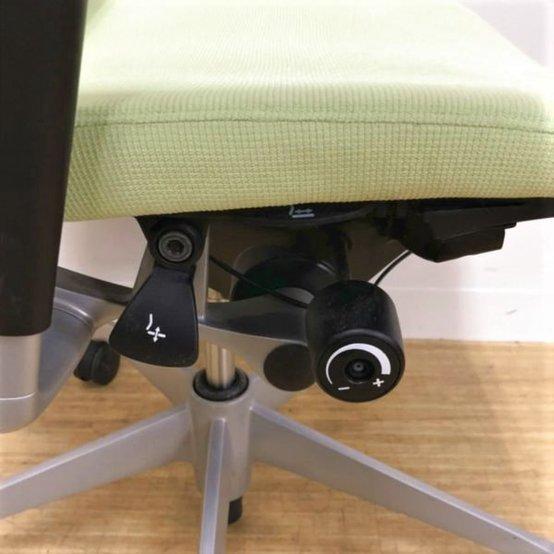 【2脚入荷!】オカムラ製バロンチェア デザイン性と機能性の融合 ヘッドレスト付き                         バロンメッシュ                                      中古