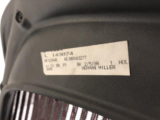 チェアの王道!濃いレッドが一味違うレアな一品です!ハーマンミラー/アーロン/Bタイプ/前傾付き/可動肘/一部傷あり特価                         アーロンチェア                                      中古
