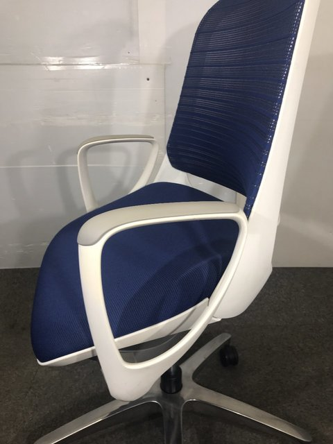 座るとき、持ち上がった座面が優しくサポートします! オカムラ製ルーチェ1脚限り入荷!                         ルーチェ                                      中古