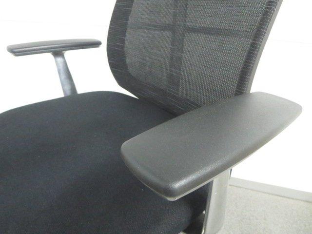 【上質な座り心地!】■コクヨ製 ベゼルチェア 肘付 ブラック【様々な着座姿勢を最適にサポート!】                         ベゼル(アルミポリッシュ脚)                                     中古