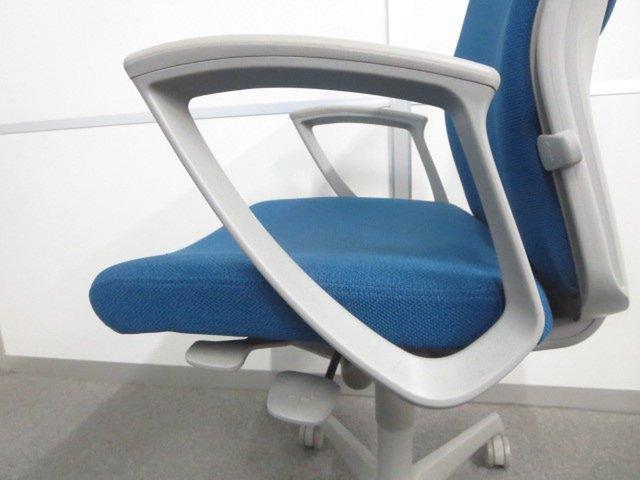 【長時間のデスクワークも快適にサポート!】■オカムラ製 エスクードチェア 肘付 ターコイズブルー                         エスクード(クッション)                                      中古
