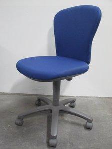 定番オフィス用椅子 レグノシリーズ ブルー 残り1脚のためお安くなっております
