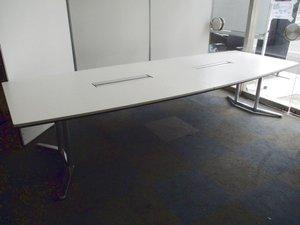 【高級会議用テーブル】【チェアもセットでご提案可能】フリーアドレスデスク用としても! オカムラ製/ラティオ2/ホワイト/配線付き/舟形