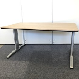 明るいオフィスに合うナチュラル色のオカムラ製テーブルが入荷しました!