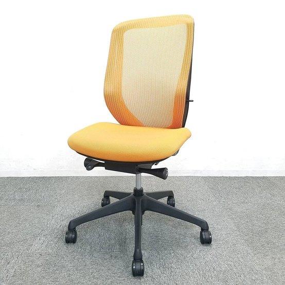 【前傾チルト機能付き】特徴の腰に優しいチェア、明るい雰囲気のオレンジチェアです!【オカムラ/シルフィーチェア】