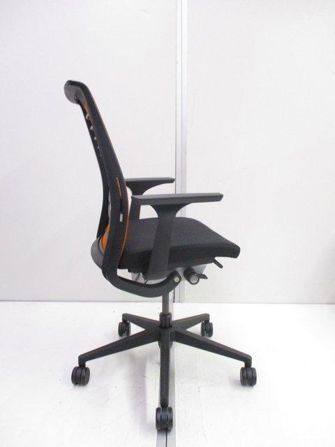 【残り2脚!】スチールケース(Steelcase)シンク(Think chair)/色:オレンジ×ブラック/ハイバック/固定肘                         シンクチェア(2015年以降モデル)                                      中古