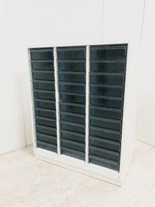 小分けに書類を収納できるクリスタルトレイキャビネット!3列×11段の33部屋収納が可能!大容量!