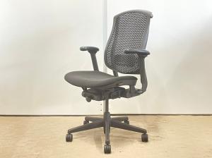 硬めの座面とゆったりとした座り心地が人気の秘密。世界で売れまくっているチェア。おすすめです。