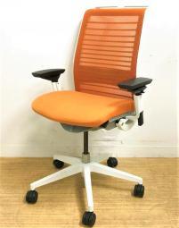 【座る人の為、考えられたチェアThink】スチールケース製/オレンジカラーで個性的なチェアです!【在庫入替】