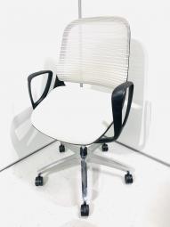 【アクティブなワークシーンに、最適な座り心地を】オカムラ ルーチェ ホワイト 肘付 ローバック