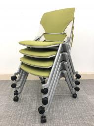 ■4脚1セット!! 【縦にも横にも重ねられる便利なチェア!】 座面のクッションが以外と厚めで、 長時間の会議でも疲れにくいです。