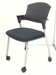 【4脚入荷!】人気のスタッキングチェア入荷!既存家具と合わせやすいブラック!|コクヨ|プロッティ|キャスター|背クッション無し|