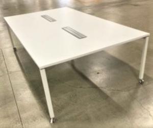【広々としたワークスペース!】■オカムラ製 ワークテーブル W2400×D1400mm ホワイト【フリーアドレス】【倉庫在庫KRC】
