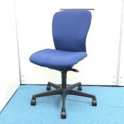 【嬉しいコートハンガー付きの肘無しチェア】オカムラ製スラート【オフィスに合わせやすいブルーのチェア】