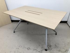 【限定2台!!】木目調の会議用テーブル!!配線類もすっきり収納可能!!【4名様でのご利用にオススメ!!】