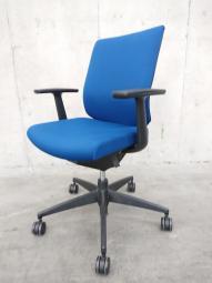 使いやすいブルーの肘付チェア ウィザード 座面が動いて座奥可動 背もたれランバー付き