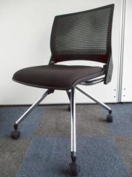 【2脚入荷】ネスティングチェア|オカムラ(okamura)|座面を上げて並行収納!脚の形状がおしゃれなデザインチェア!