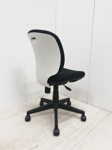 【安定のコスパチェア入荷!】シンプル椅子ベスト!安定のコスパチェア入荷!プラス/Presea/ブラック×ホワイト                         Presea                                     中古