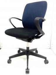 ネイビーブルー×ブラックで落ち着いた雰囲気のオフィスに似合います! 定番ローコストチェア入荷してみました。