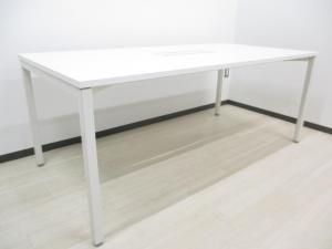 キレイなホワイト色のテーブルが入荷 4名から6名にて打ち合わせ可能なサイズ