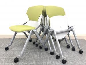 ■4脚1セット!!【縦にも横にも重ねられる便利なチェア!】座面のクッションが以外と厚めで、長時間の会議でも疲れにくいです