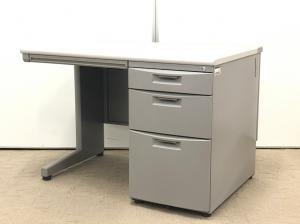 昔ながらのデザインですが、現代オフィスでもまだまだ需要のあるデスクが入荷しました。