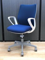 【腰への負担を減らすS字形状!】■オカムラ製 CG-Mチェア 肘付 ブルー ■やわらかな座り心地を実現するメッシュチェア!【倉庫在庫】
