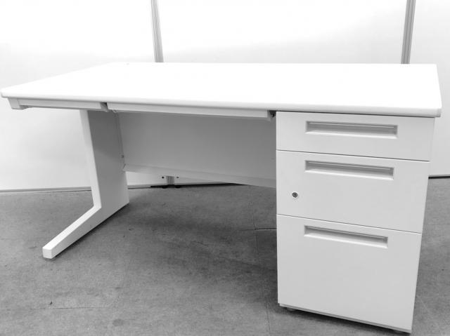 片袖机のW1400の大型デスク!!上長席の方にもオススメのイナバ製ホワイトデスク!