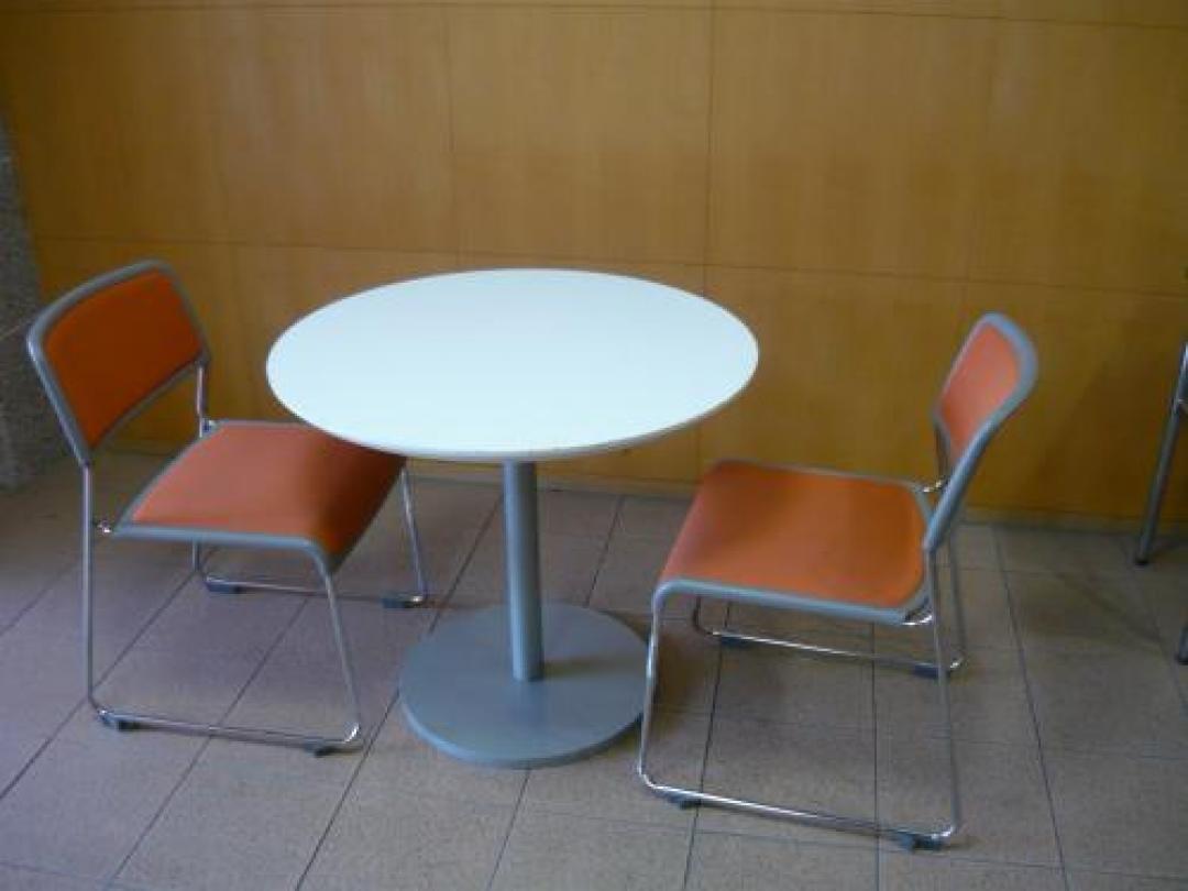 【セット商品】 おしゃれなセット ■丸テーブル+スタックチェア■  <休憩・商談なんでもOK>(中古)