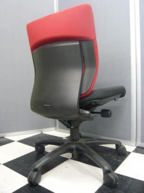 ■おつとめ品■オカムラ製アドフィットチェア【黒と赤のコントラストがたまらないオフィスをデザイン】※座面の表面が毛羽たっています。【OAチェア】                                     中古